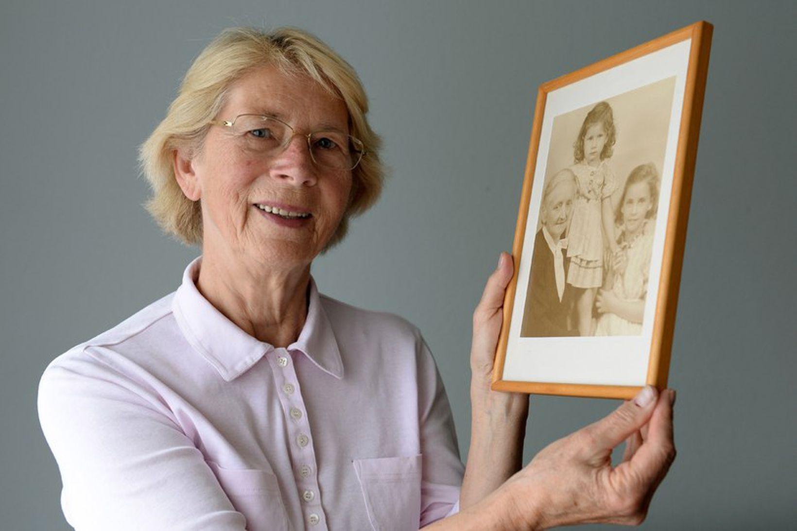 Barbara Keller heldur á mynd frá 1942; af sér, ömmu …
