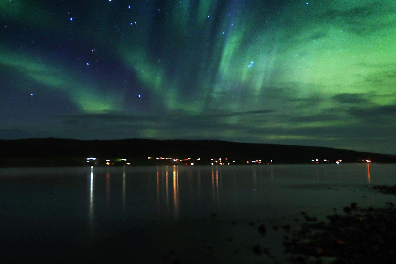 Þessi norðurljós sáust við Skorradalsvatn.