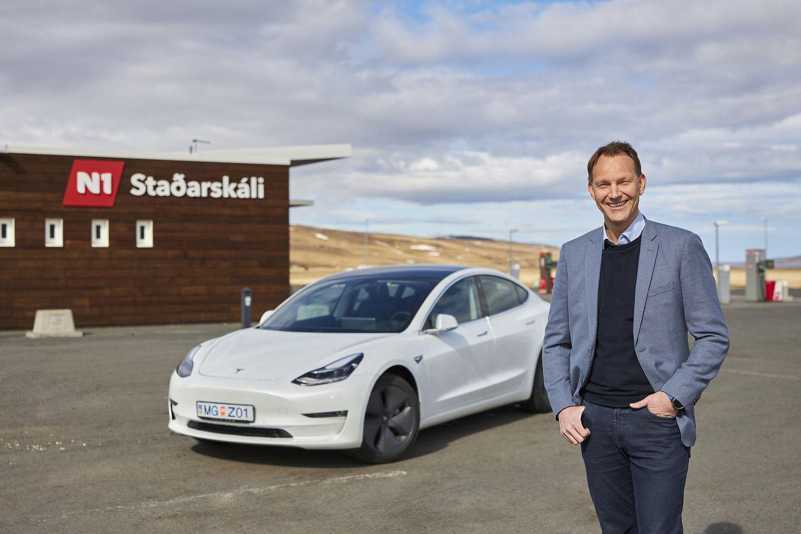 Hinrik Örn, framkvæmdastjóri N1, á Tesla við Staðarskála, þar sem …