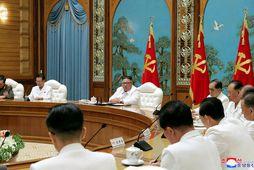 Kim Jong Un á neyðarfundi vegna meints kórónuveirusmits.