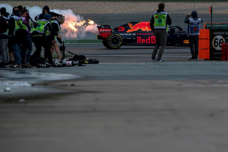 Reykur og eldur stíga aftur úr bíl Daniels Ricciardo á lokaæfingunni í Sjanghæ í morgun.