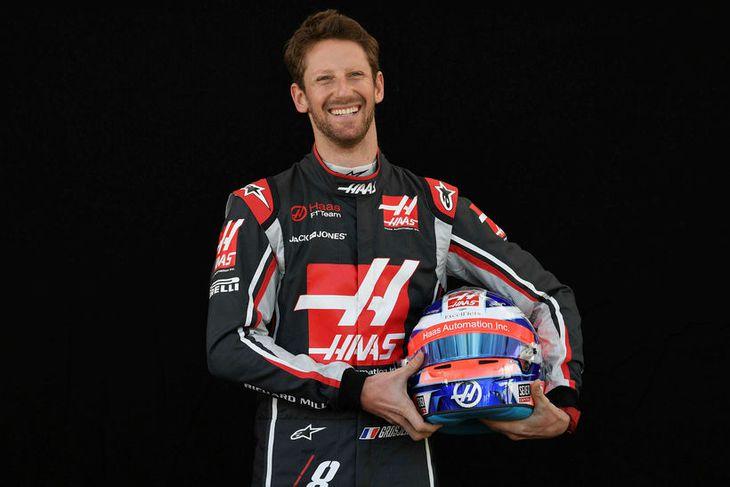 Romain Grosjean hjá Haas með hjálm sinn í Melbourne.