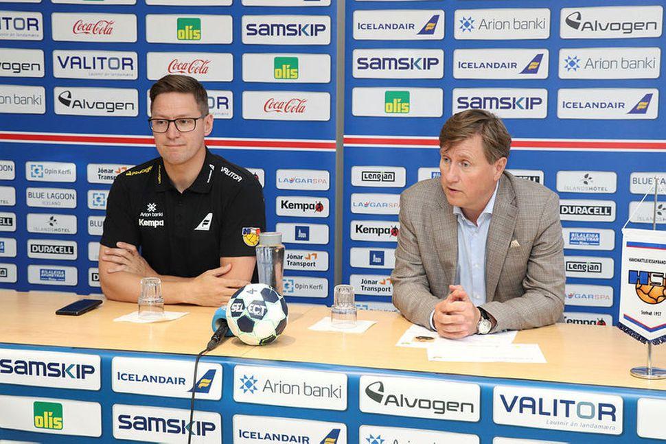 Arnar Pétursson, til vinstri, ásamt Guðmundi B. Ólafssyni formanni HSÍ.