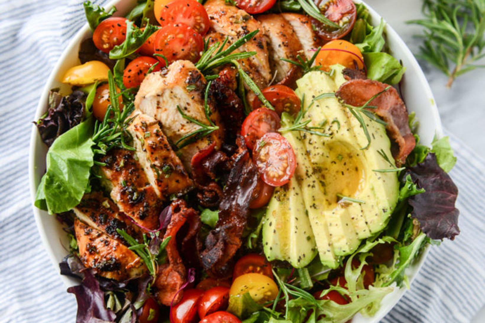 Girnilegur rósmarínkjúklingur með beikoni og avocado-salati.