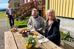 Hér er Albert ásamt Elínborgu hótelstýru á Hótel Flatey. Í bakgrunninum má sjá Pál Bergþórsson, …