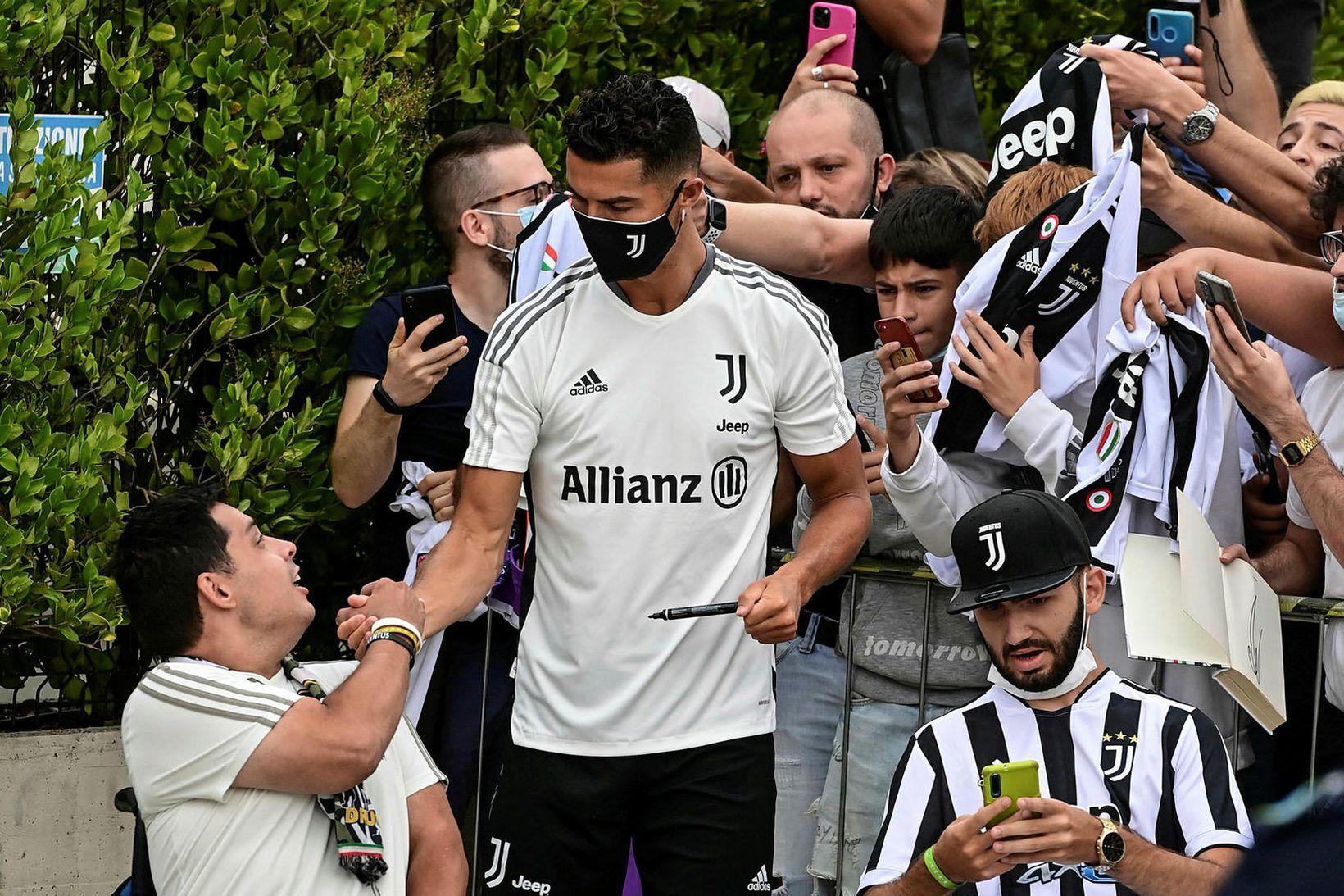 Cristiano Ronaldo heilsaði upp á stuðningsmenn er hann sneri aftur …
