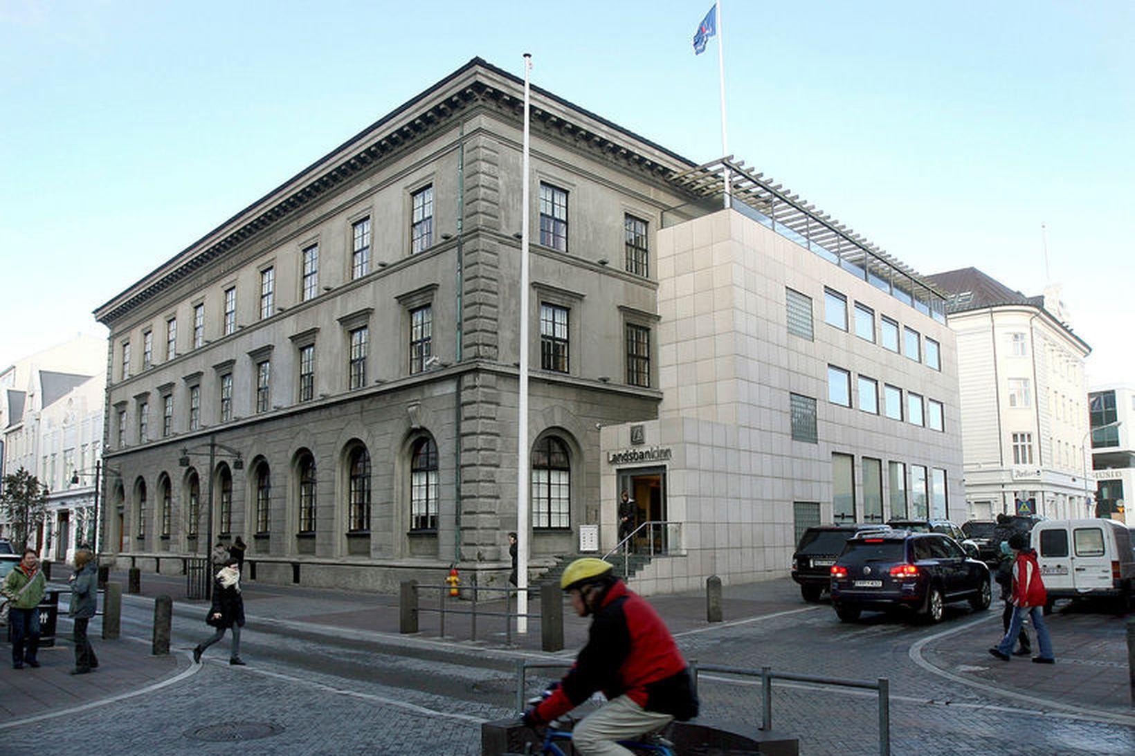 Bankastjóri Landsbankans hækkaði í launum um 1,7 milljónir frá júní …