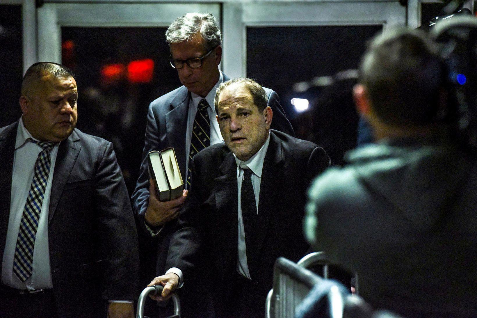 Harvey Weinstein (fyrir miðju) yfirgefur réttarsalinn í New York í …