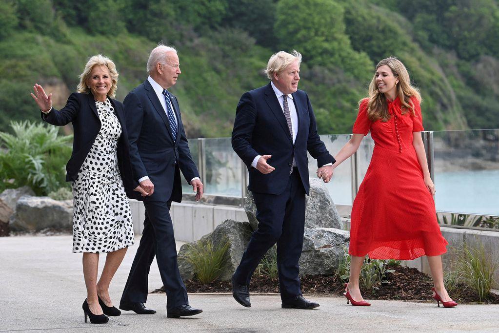 Sérstaka sambandið Joe Biden og Boris Johnson fóru í stutta gönguferð með eiginkonum sínum, Jill (l.t.v.) og Carrie (l.t.h.), við Carbis Bay-hótelið í Cornwall fyrir fund þeirra í gær.