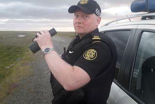 Ólafur Hjörtur Ólafsson lögreglumaður á vettvangi í gærkvöldi. Leit að birninum er nú lokið.