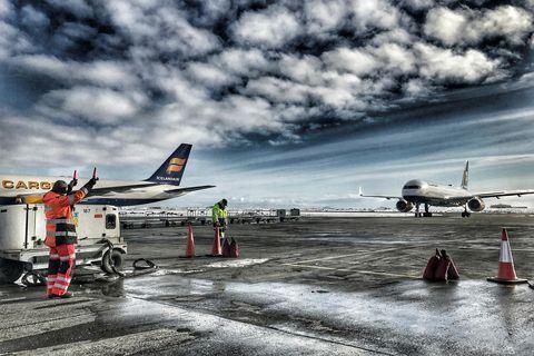 Tekið á móti vél Icelandair Cargo á Keflavíkurflugvelli.