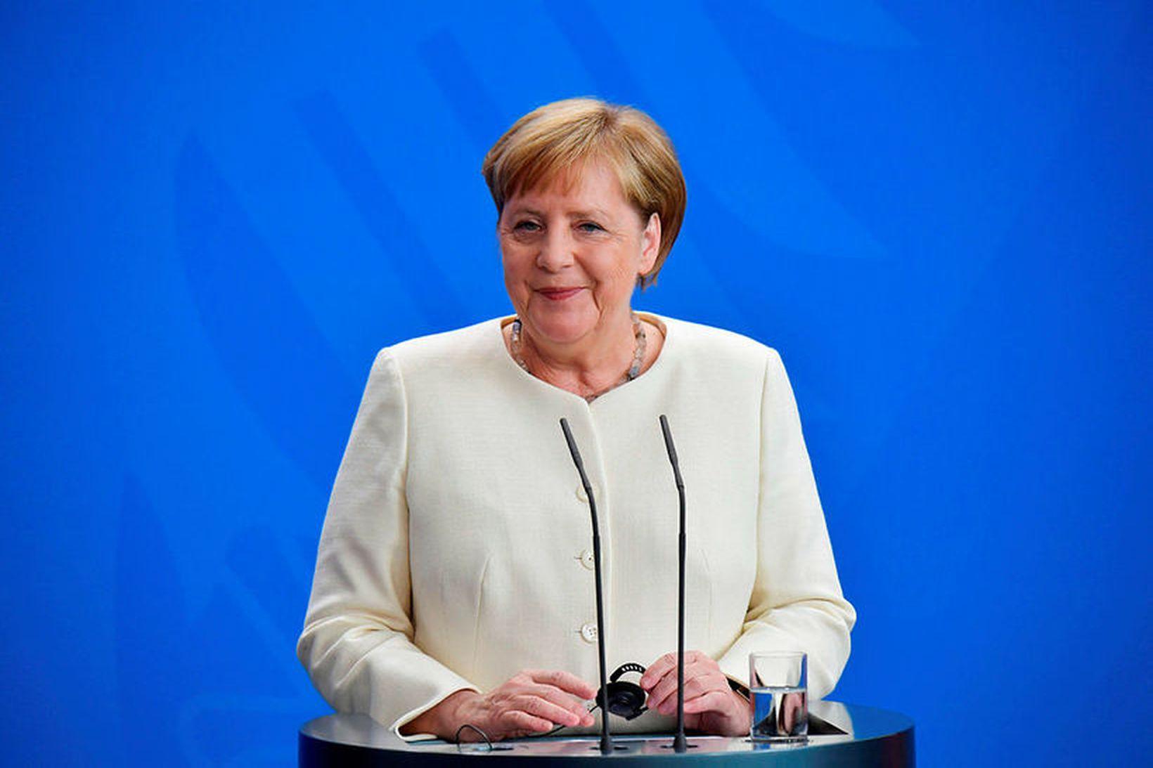 Á myndskeiðunum af Merkel skjálfa sést ekki hvenær hún stendur …