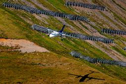Í aðflugi. Flugvél Air Iceland Connect kemur inn til lendingar á Ísafirði, snjóflóðamannvirki í hlíðinni …