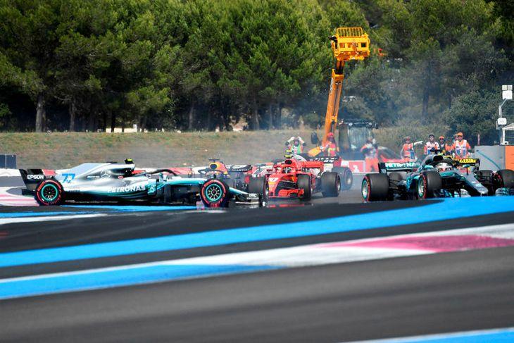Frá árekstri Bottas og Vettels í fyrstu beygju í Le Castellet. Lengst til hægri sleppur ...