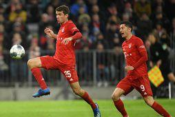 Thomas Müller skorar í dag. Robert Lewandowski fylgist með.