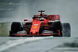 Brautin var orðin alveg þurr fyrir seinni æfingu dagsins en hér er Sebastian Vettel á …