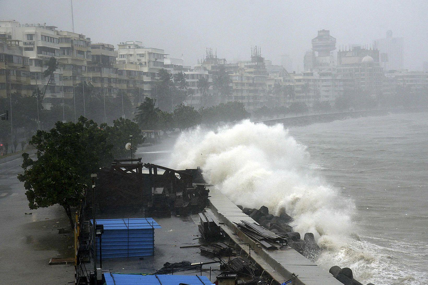 Háar öldur skella á ströndum Mumbai