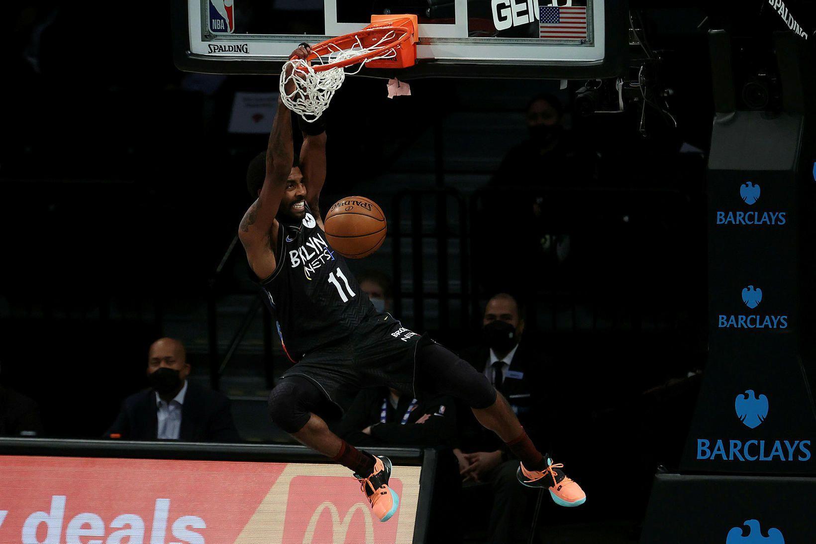 Kyrie Irving treður boltanum í körfu New York Knicks í …