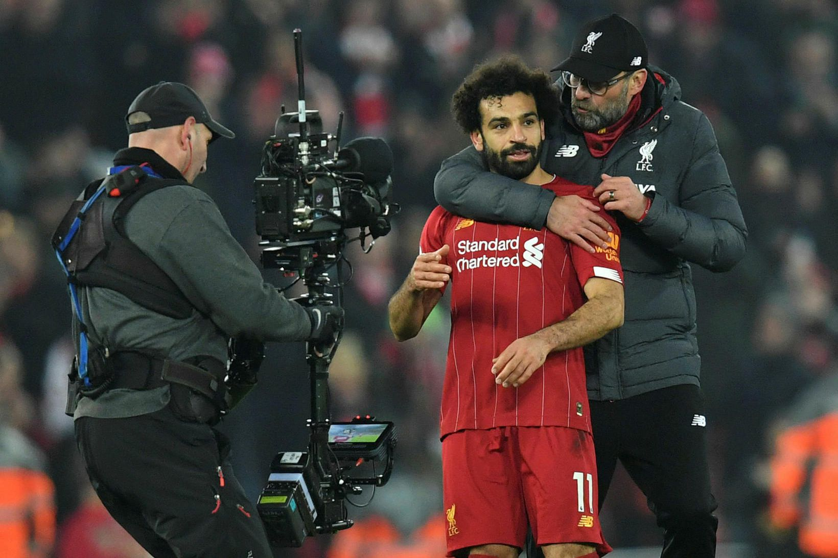 Jürgen Klopp fagnar Mohamed Salah eftir sigur Liverpool á Manchester …