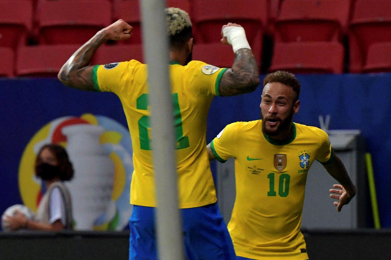 Gabriel Barbosa og Neymar fagna þriðja marki Brasilíumanna í kvöld.