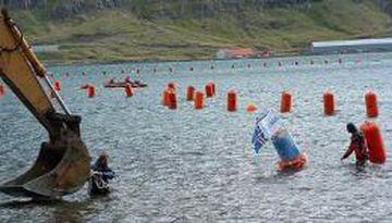 Komið með enda Farice-sæstrengsins að landi í Seyðisfirði árið 2003.