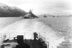 Tirpitz sést hér á siglingu inn norskan fjörð í október 1942 ásamt nokkrum tundurspillum.