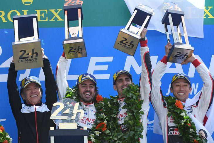 Frá vinstri: Shigela Tomoyama forstjóri Toyota, Fernando Alonso, Sebastien Buemi og Kazuki Nakajima fagnandi á ...