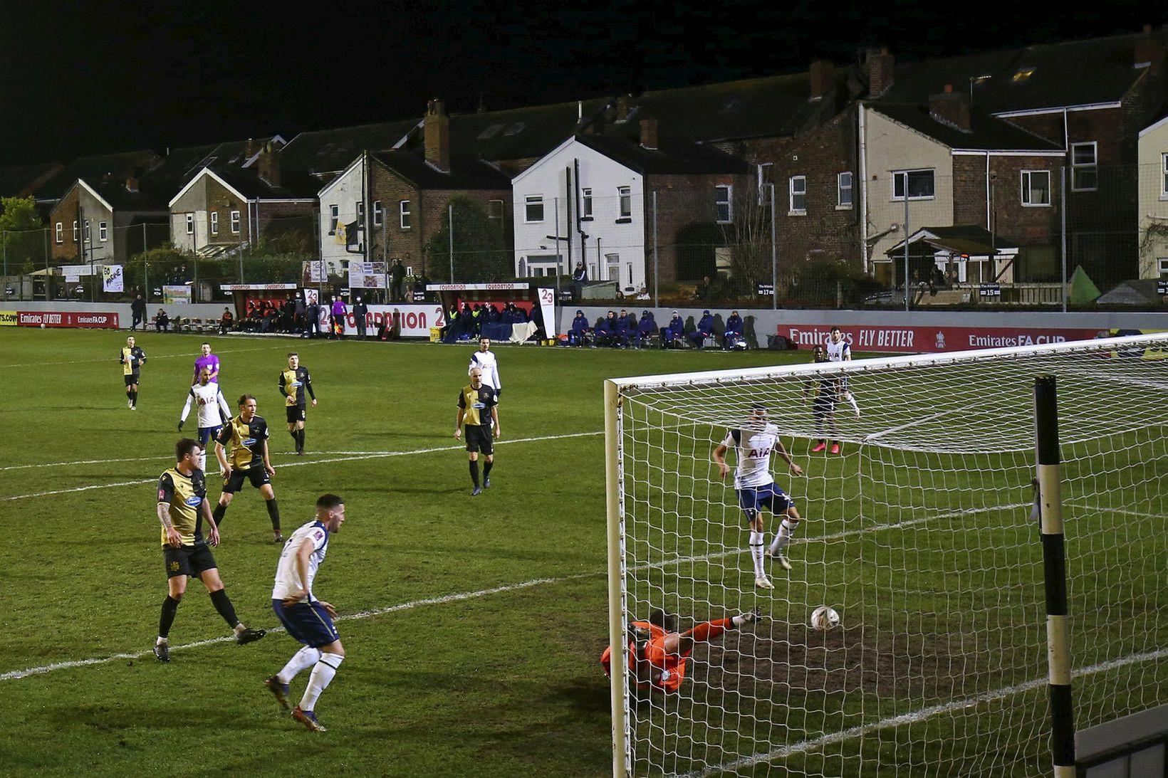Tottenham vann þægilegan sigur á Marine.