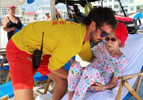 Strandverðir á Orange Beach í Alabama, Bandaríkjunum hjálpuðu 95 ára gömlu Dottie að njóta lífsins á ströndinni en hún á erfitt með gang í sandinum.