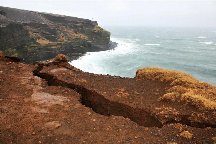 The large crevice left by the earthquake in Krýsuvíkurberg cliffs.
