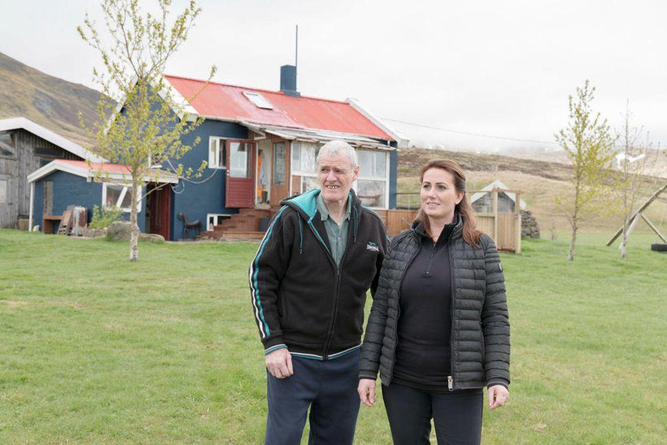 Sveinn Sigurjónsson múrarameistari og Kolbrún Anna Sveinsdóttir við Þverárkot.