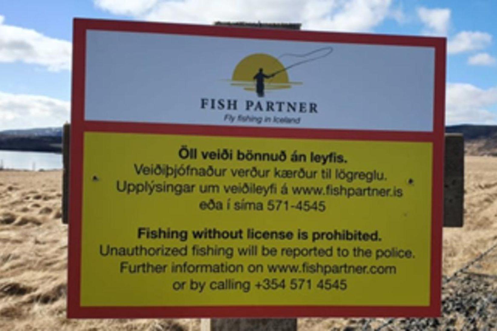 Eitt skiltunum sem mætir veiðimönnum á veiðisvæðum Fish Partner við …