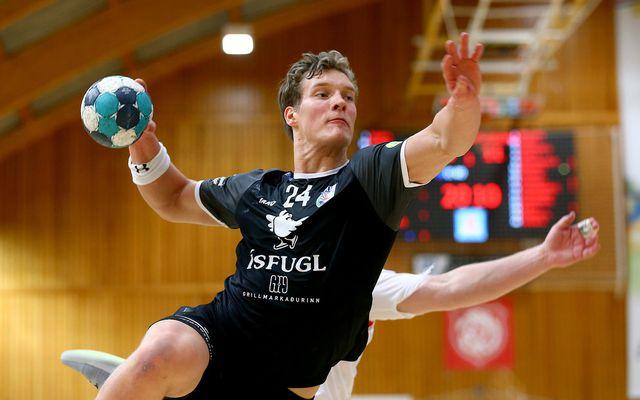 Blær Hinriksson skoraði 9 mörk fyrir Aftureldingu í kvöld og skýtur hér að marki Þórsara.