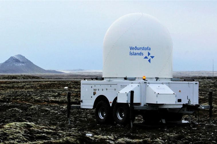 The radar on Strandarheiði. Keilir mountain is on the left.