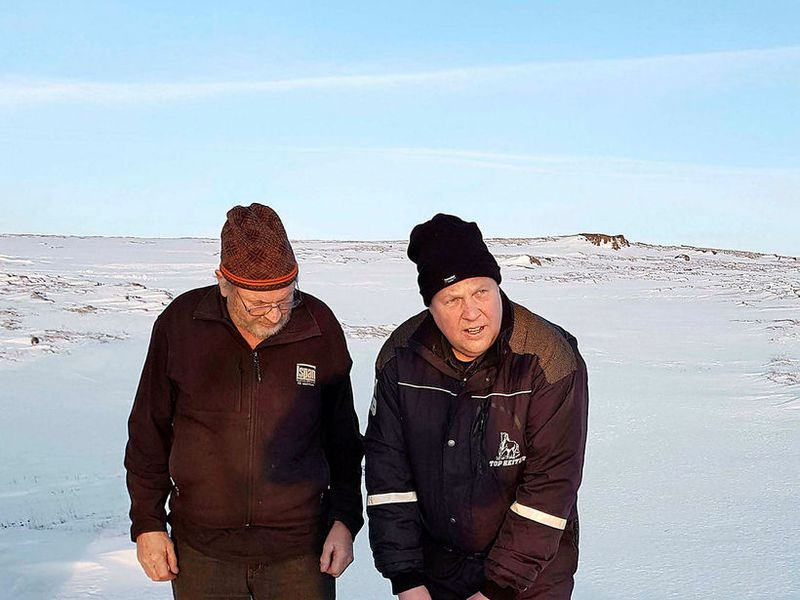 Eiríkur Kristófersson and Bjarni Valur Guðmundsson, with one of the missing sheep.