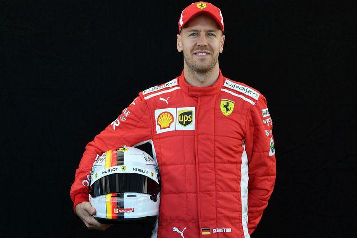Sebastian Vettel hjá Ferrari með hjálm sinn í Melbourne.
