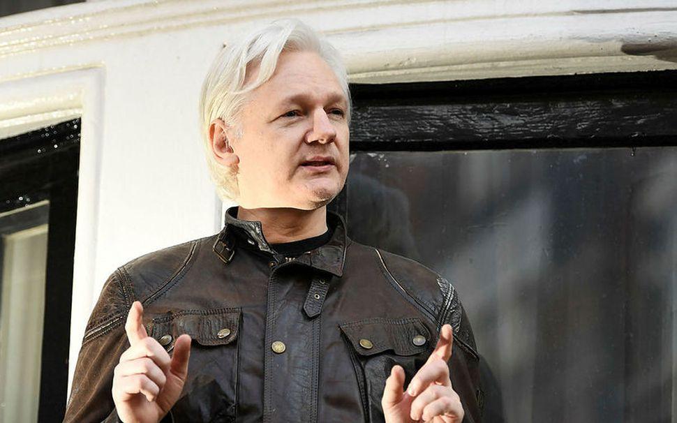 Julian Assange, stofnandi WikiLeaks, sést hér á svölum sendiráðs Ekvadors ...