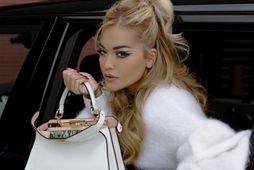 Söngkonan Rita Ora birti þessa mynd af sér með hvítu Peekaboo töskuna sína í vikunni.