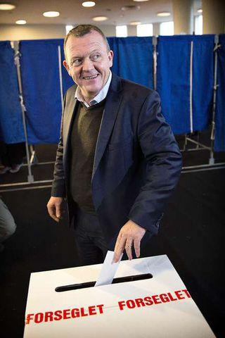 Lars Løkke Rasmussen forsætisráðherra á kjörstað í dag.