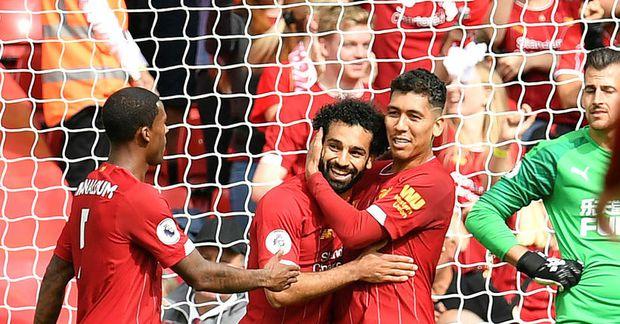 Mohamed Salah fagnar marki sínu gegn Newcastle ásamt Roberto Firmino.