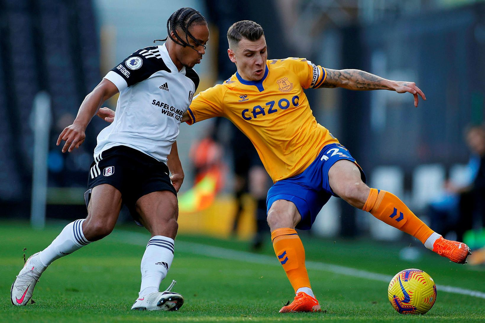 Lucas Digne í baráttunni við Bobby Decordova-Reid í leik Fulham …