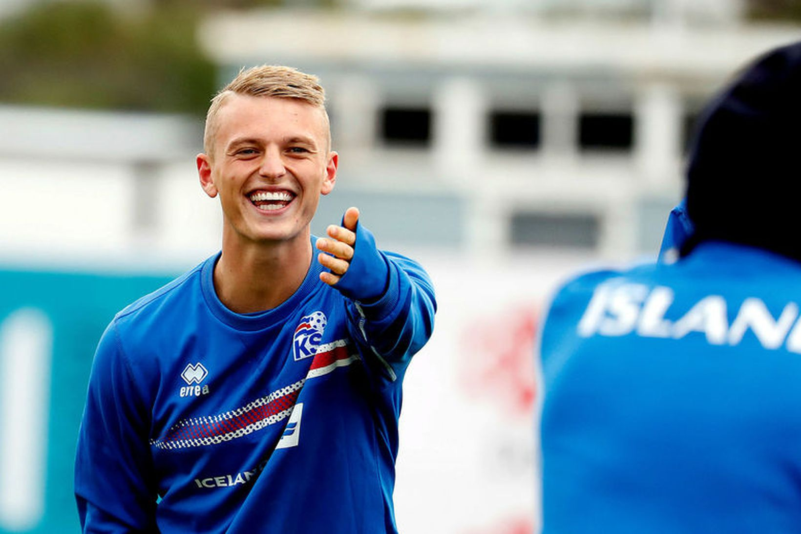 Albert Guðmundsson léttur í bragði á æfingu U21-landsliðsins.