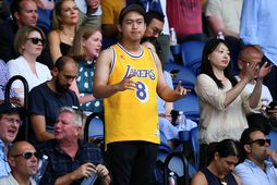 Áhorfendur sáust víða í búningum merktum Kobe Bryant á NBA-leikjunum í nótt.