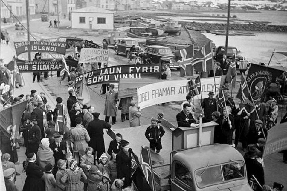 Útifundur við Kaupfélag verkamanna í Strandgötu 1. maí 1947.