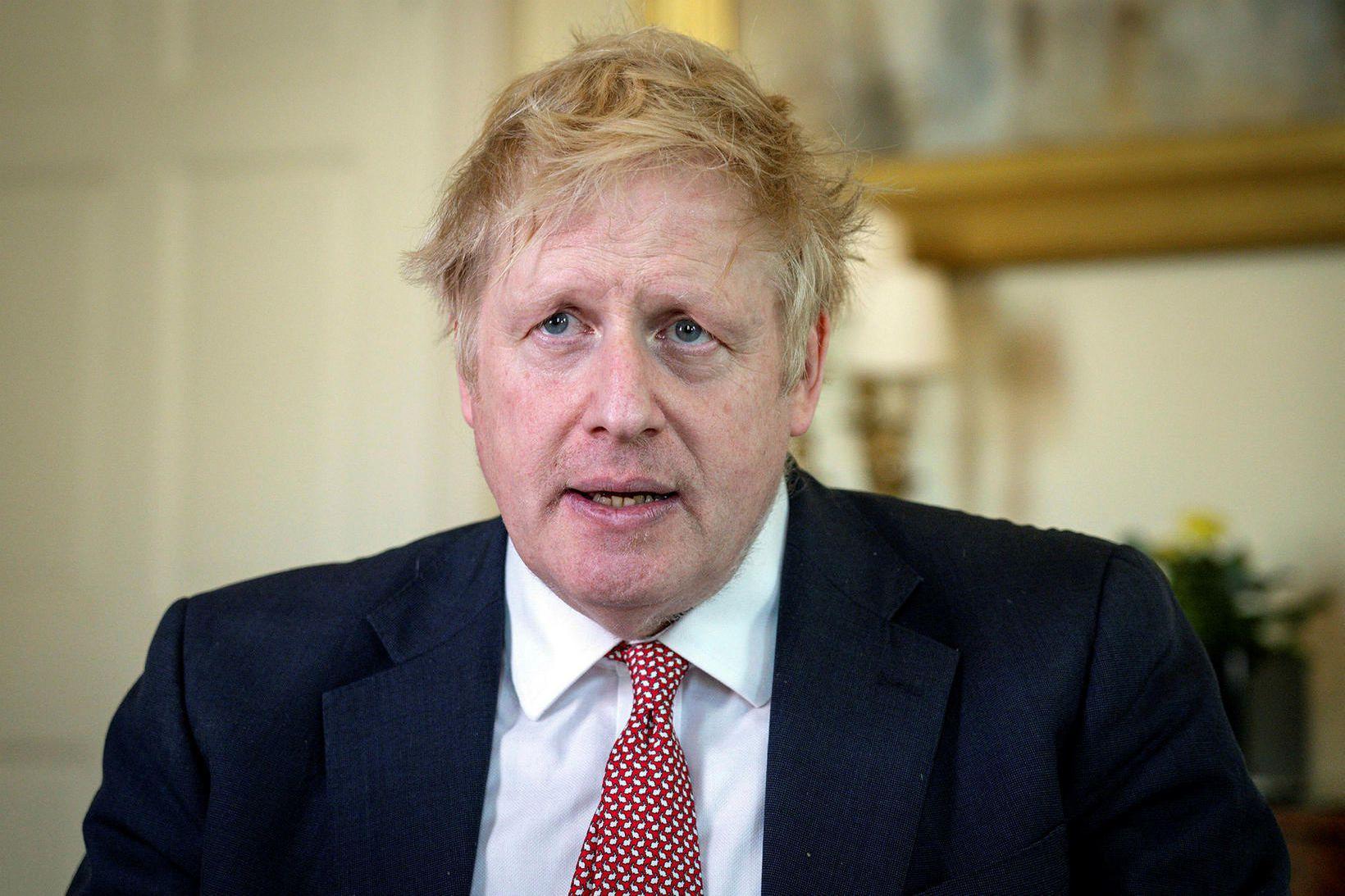 Boris Johnson stundar æfingar í hallargörðunum við Buckingham-höll.