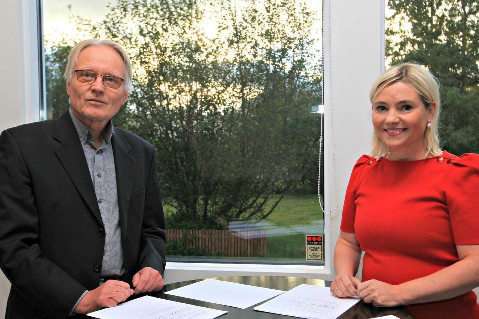 Einar Már Sigurðarson og Lilja Alfreðsdóttir við undirritun samstarfssamningsins.