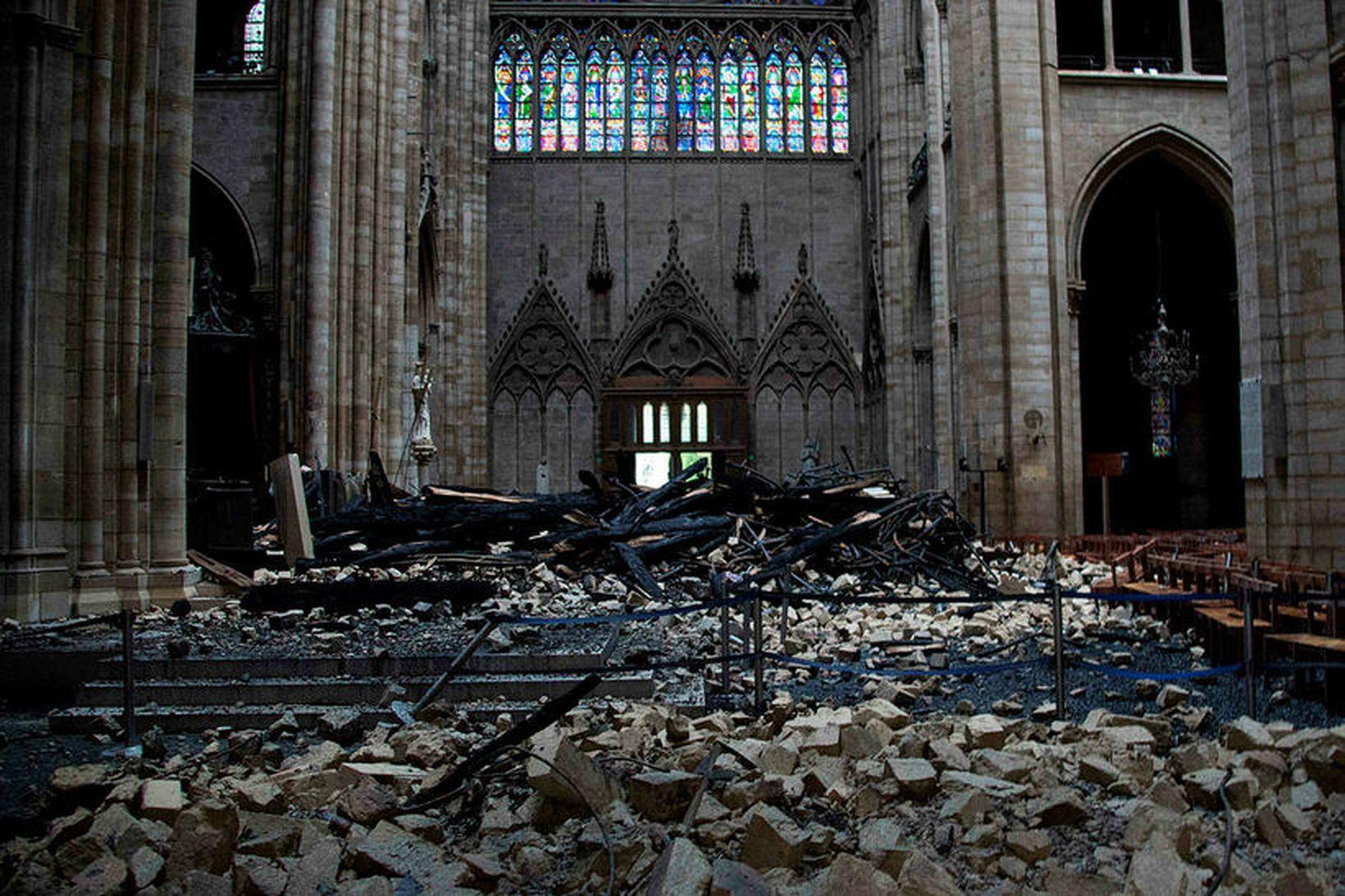 Talið er að það taki mánuði að hreinsa Notre Dame …