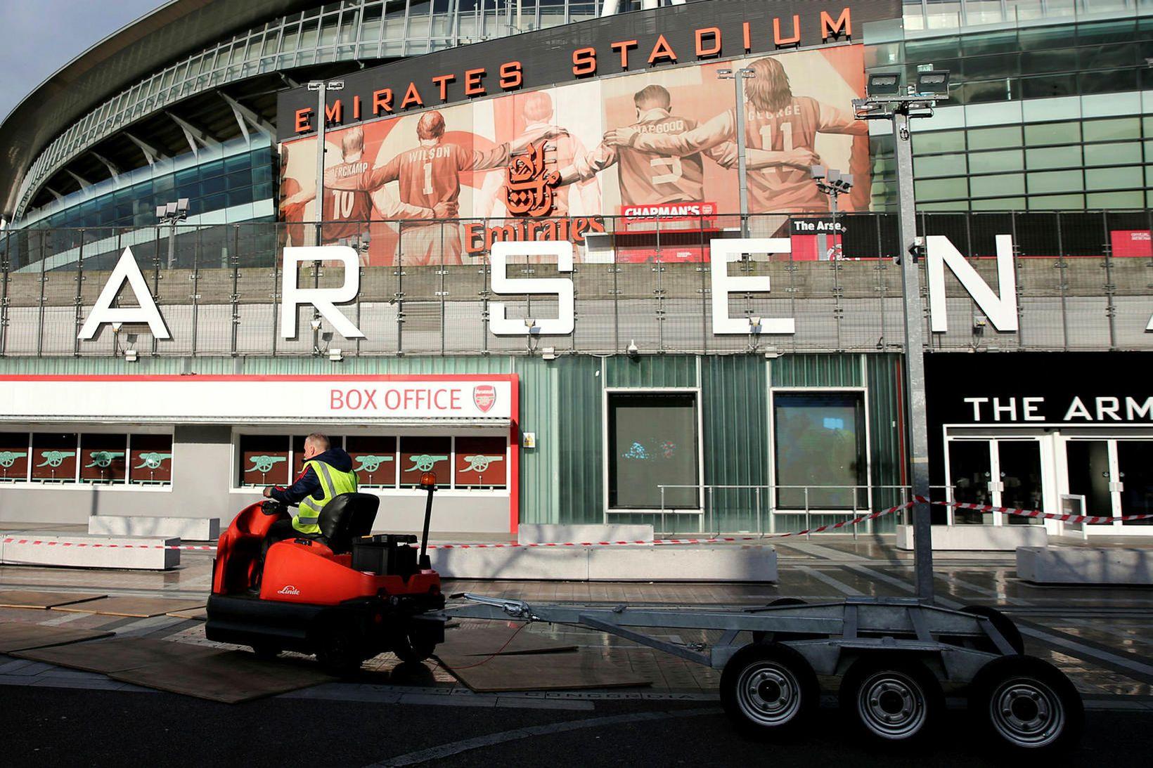 Fáir eru á ferli við Emirates-leikvanginn hjá Arsenal um þessar …