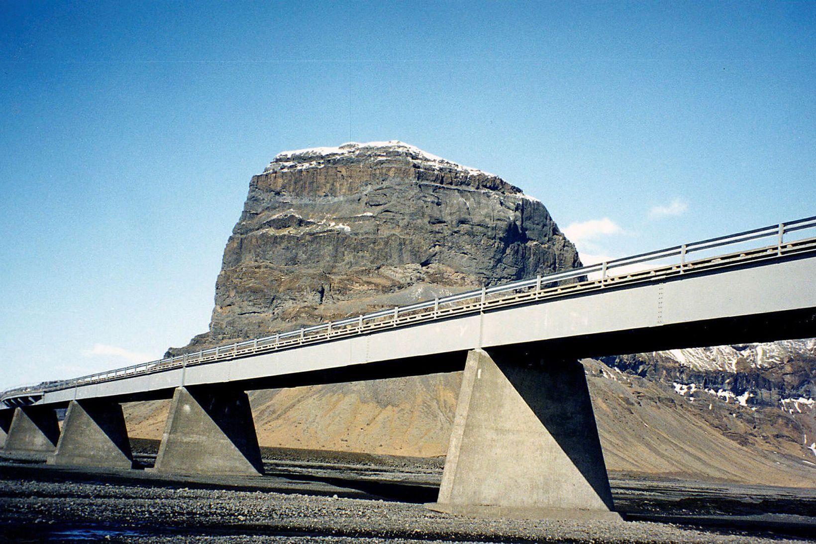 Brúin yfir Núpsvötn. Brúin er 420 metra löng og einbreið, …