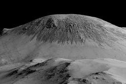 Dökkar rákir í hlíðum Horowitz-gígsins á Mars eru sagðar myndaðar af rennandi saltvatni.